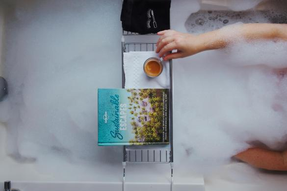 livre-cafe-bain-moussant-hotel-le-crystal-staycation-montreal