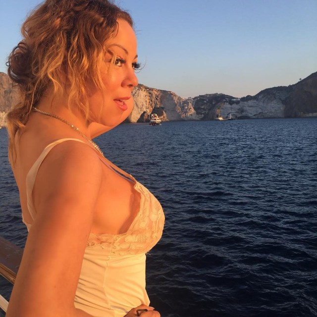 Mariah showed off her stunning figure in a sexy lace negligee