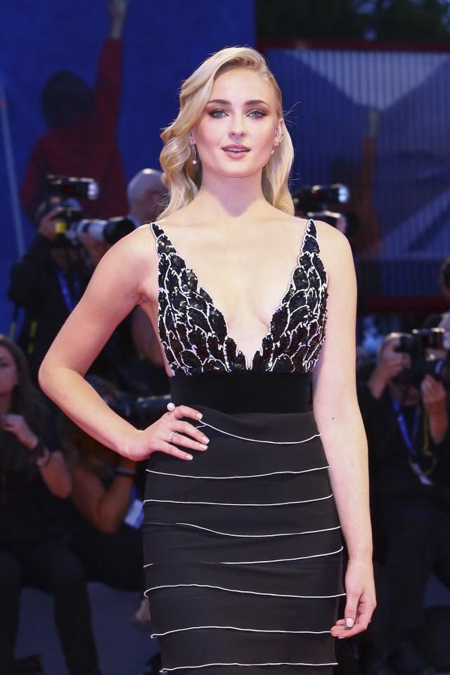 Joe Jonas Goes Public With New Girlfriend Game Of Thrones Star Sophie Turner At MTV EMAs As Pair
