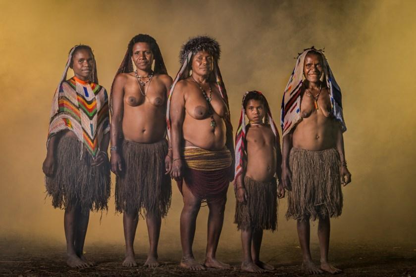 Praktek Archaic ... Wanita Dani secara tradisional memotong ujung jari mereka saat orang yang dicintai meninggal