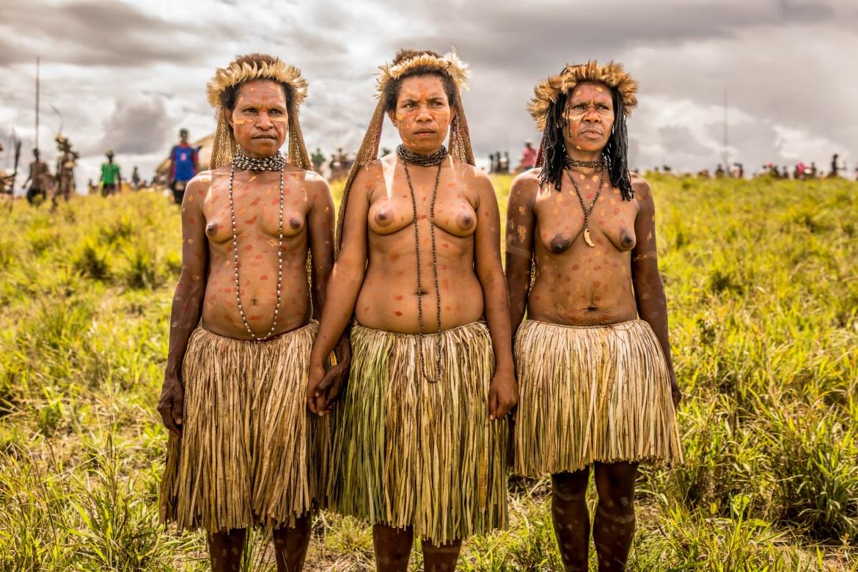 Suku tersebut telah dikenal karena kebiasaan dan identitas identitas mereka yang unik, yang tetap ada meski ada perkembangan teknologi di dunia luar