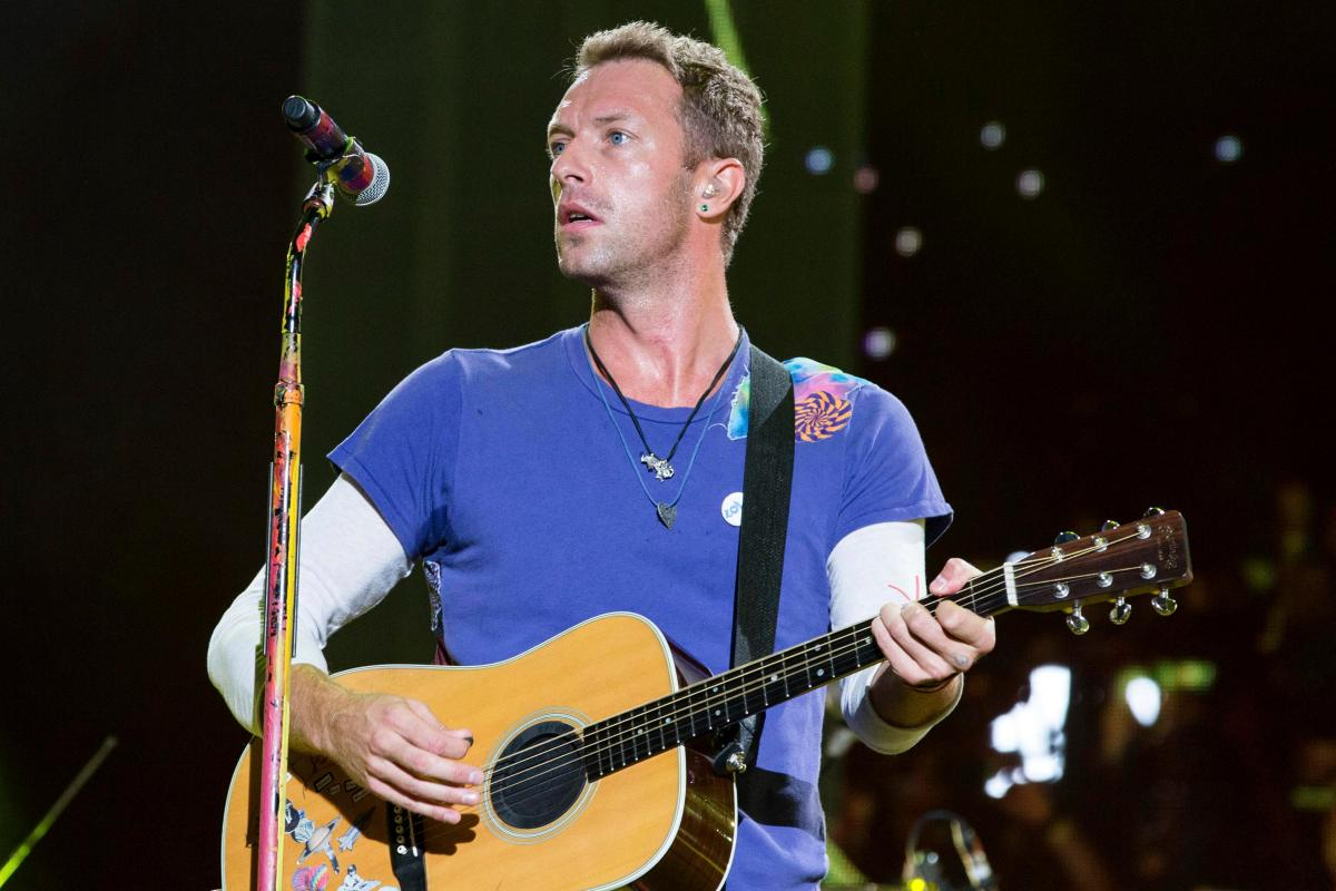 who is dating chris martin from coldplay