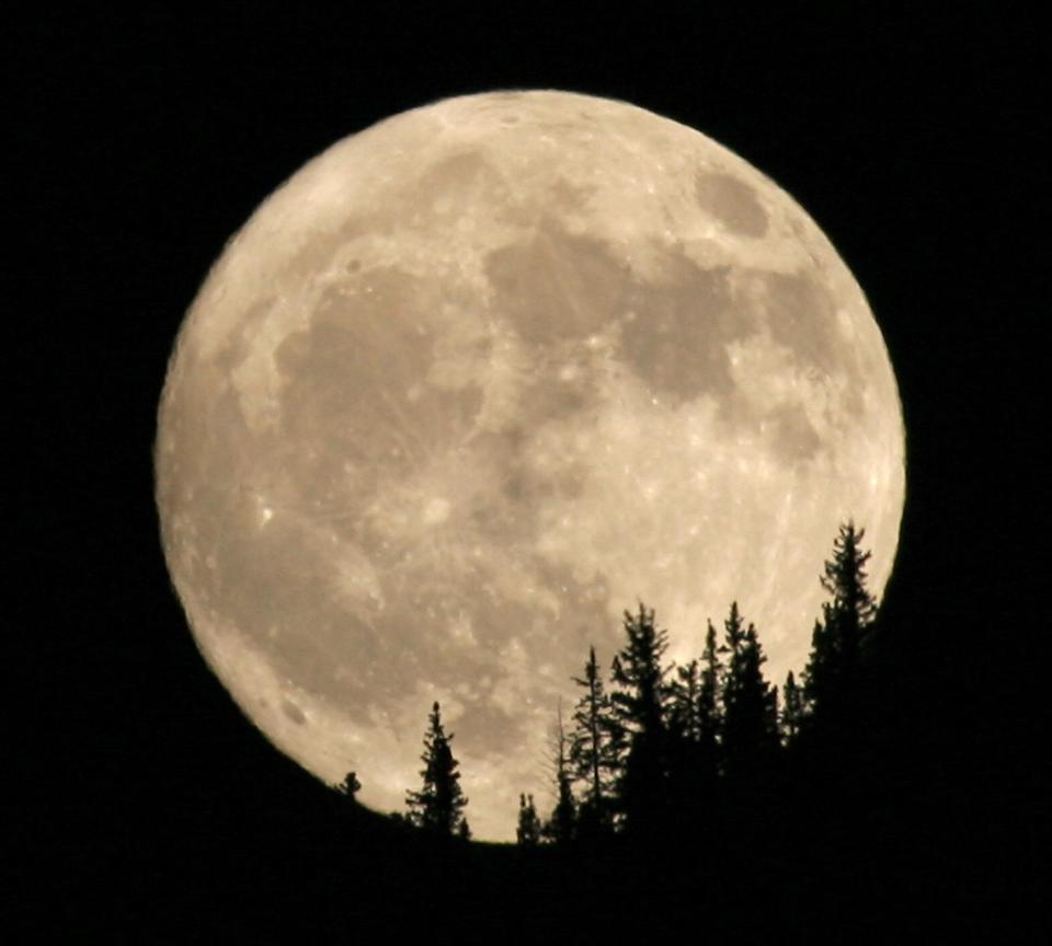 The Pink Moon, which rises on March 31, 2018, sets the date for Easter