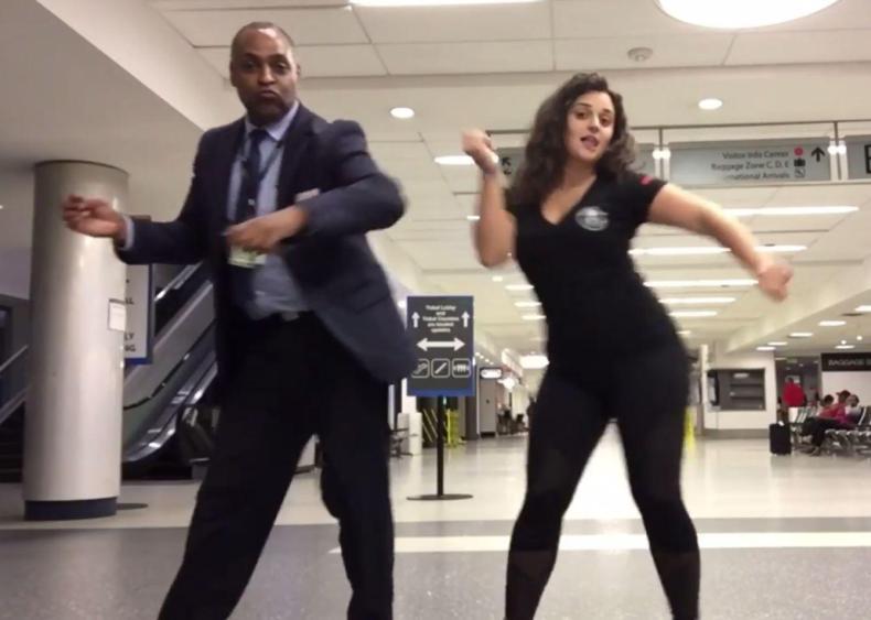 Cewek menari di bandara