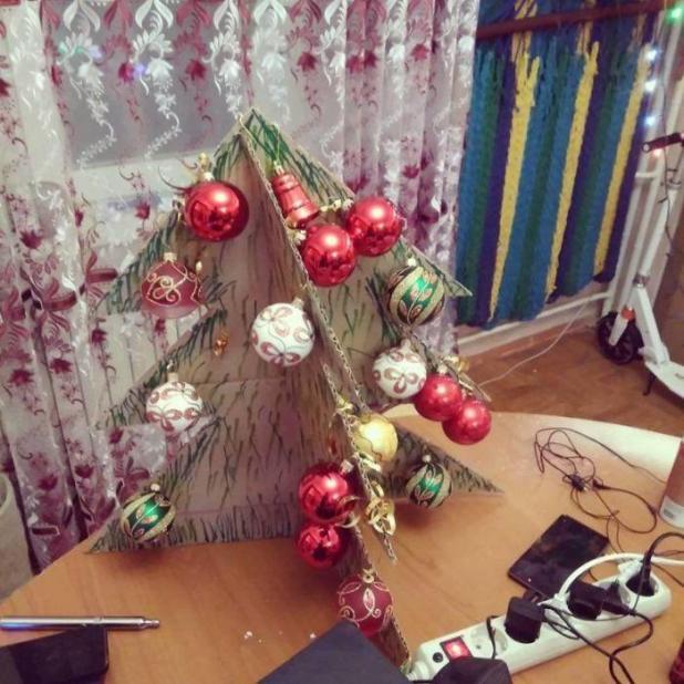 Esta persona no tuvo tiempo de comprar un árbol de Navidad real, así que creó un cartón de bricolaje