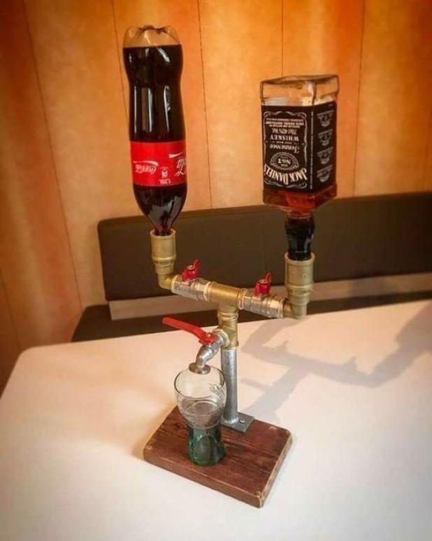 ¡Vamos a beber para eso!  Un amante del alcohol encontró una forma inteligente de mezclar fácilmente sus Jack Daniels y coque