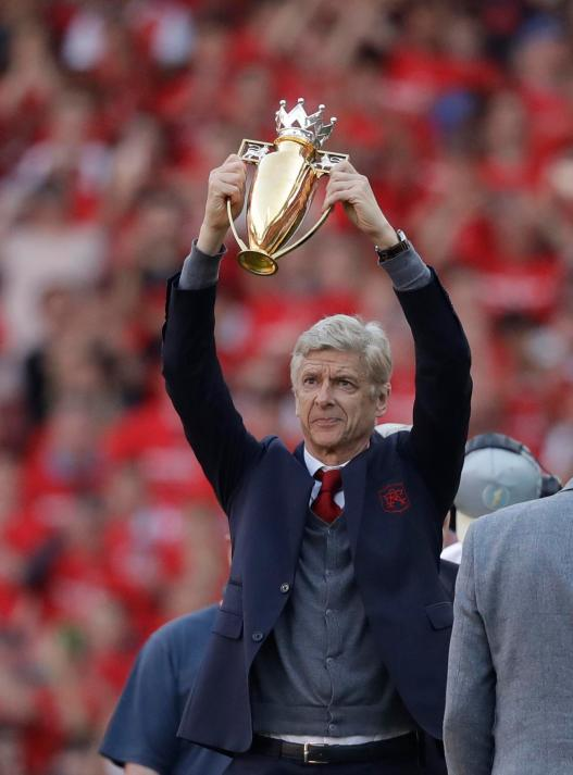Arsene Wenger awarded gold unbeaten trophy during Emirates send ...