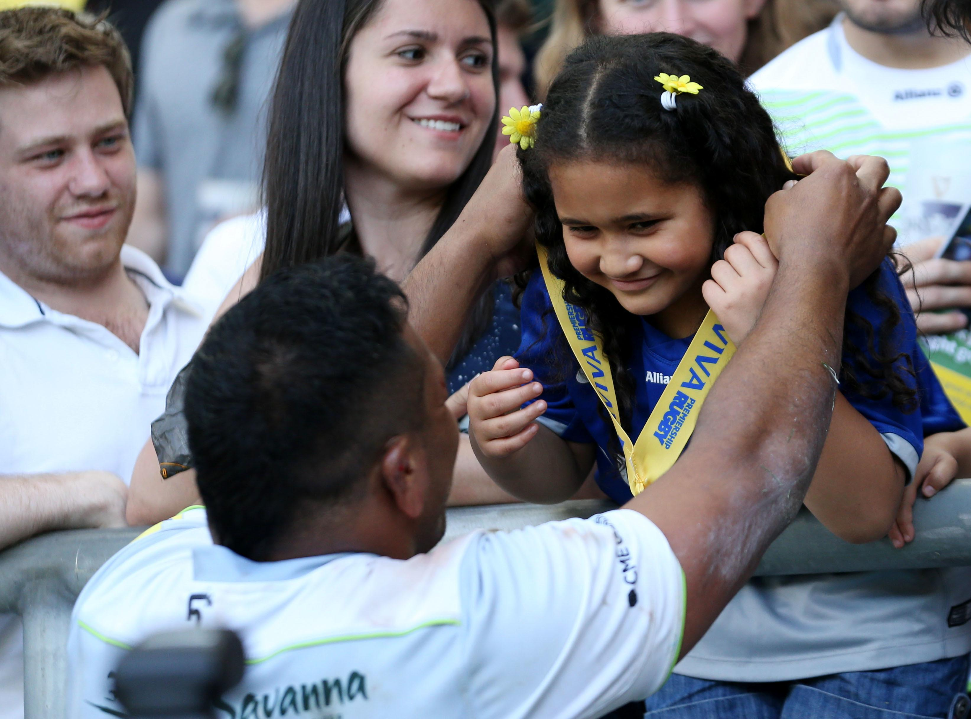 Mako Vinipola gives his winners' medal to his family