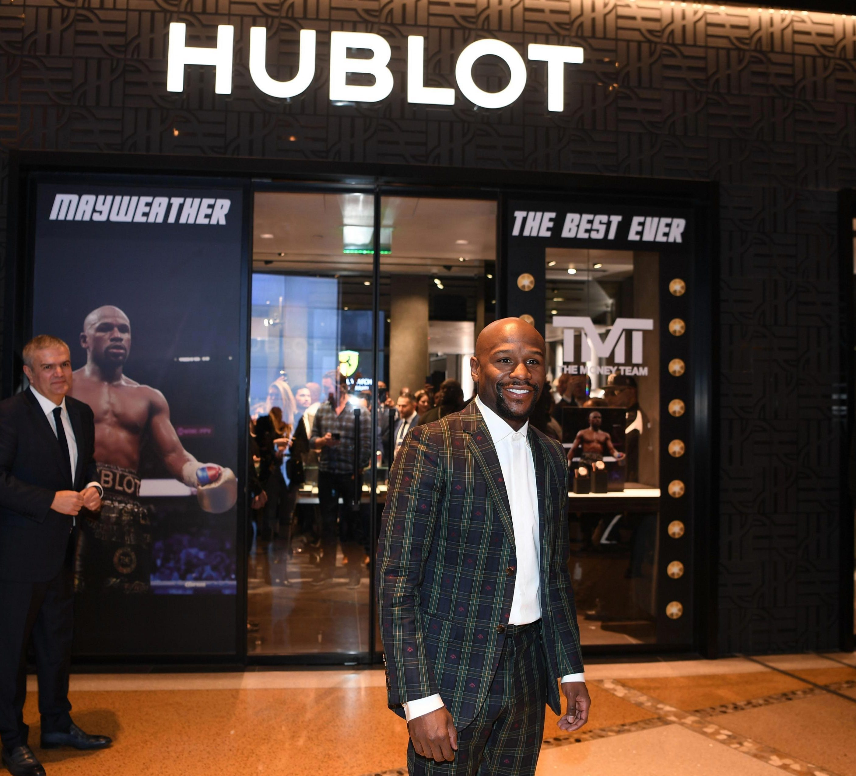 Floyd Mayweather browses the high-end stores with bags full of cash