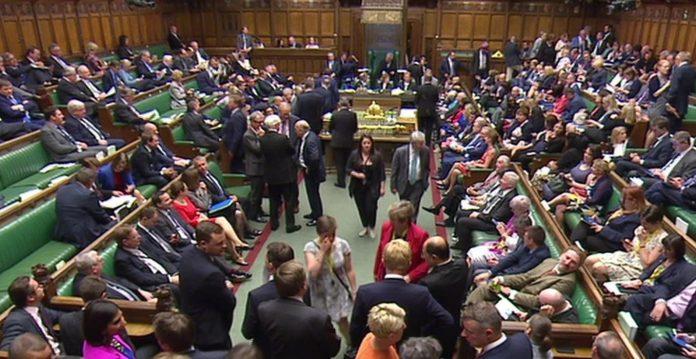 O governo ganhou uma maioria sobre o assunto de Lordes para o Parlamento para assumir o controle das negociações