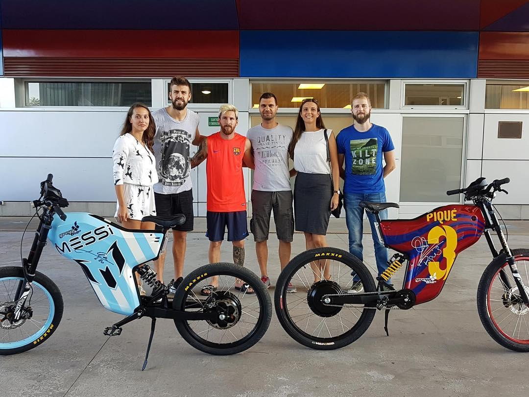 Pique and his team-mate Lionel Messi pick up their Greyp Bikes e-bikes, which can reach speeds of 43.5mph