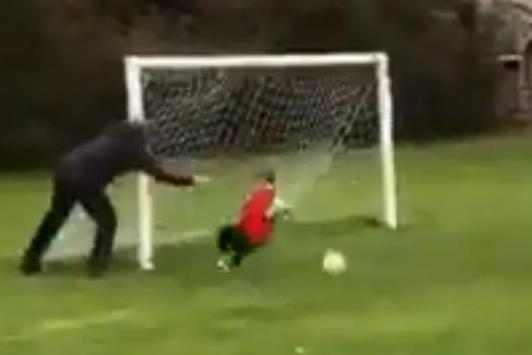 Hilarious moment when my father forces the goalkeeper child to an incredible rescue ... only to lose it, if he still has to admit