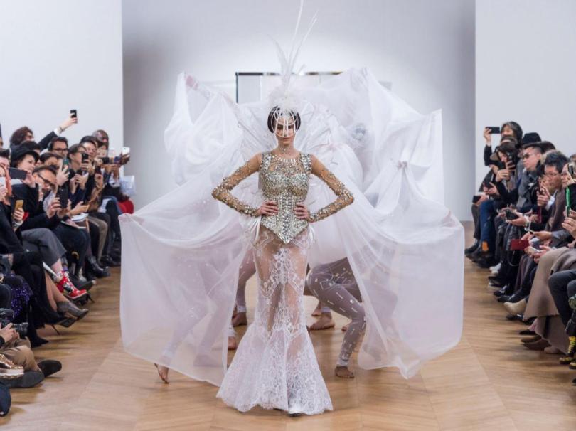 A marca francesa On Aura Tout Vu revelou este look com um corpete fortemente embelezado cobrindo uma saia de renda completamente transparente - graças a Deus pelo painel de rendas em forma de tira de pouso para a modéstia