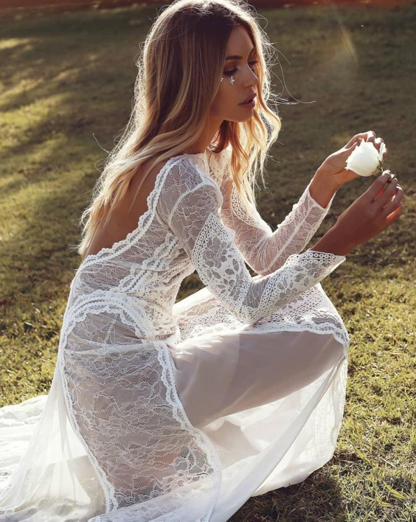 NINTCHDBPICT000463148426 - Noiva com vestido transparente no casamento causa nas Redes Sociais