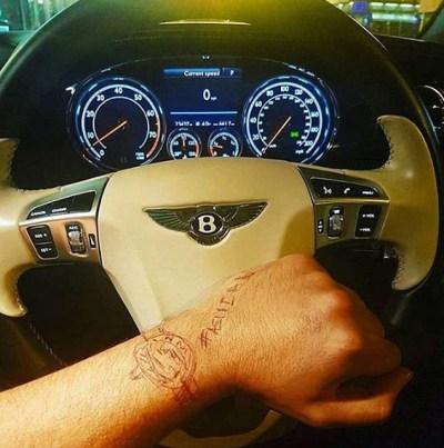 pria satu ini menggambar sebuah jam tangan Rolex yang begitu mewah. J