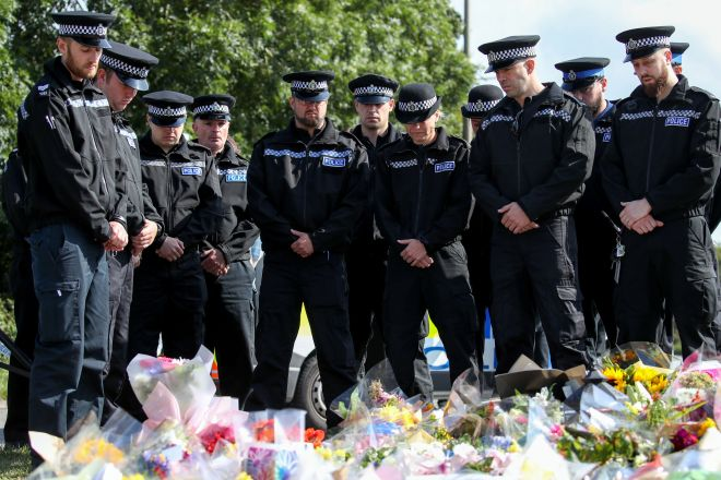 Cops lay out tributes for their colleague