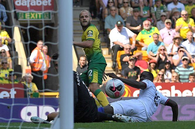 Teemu Pukki shoots low past Kepa to score Norwich's second goal