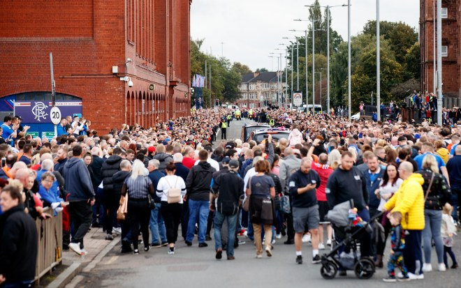 Mourners line the streets to farewell Fernando Ricksen