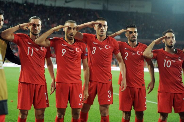 Cenk Tosun e compagni festeggiano il gol vittoria della nazionale turca sull'Albania. Foto: Associated Press.