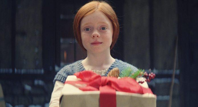 Mais Ava ne veut pas que son amie passe Noël seul, alors arrive avec un cadeau et une idée