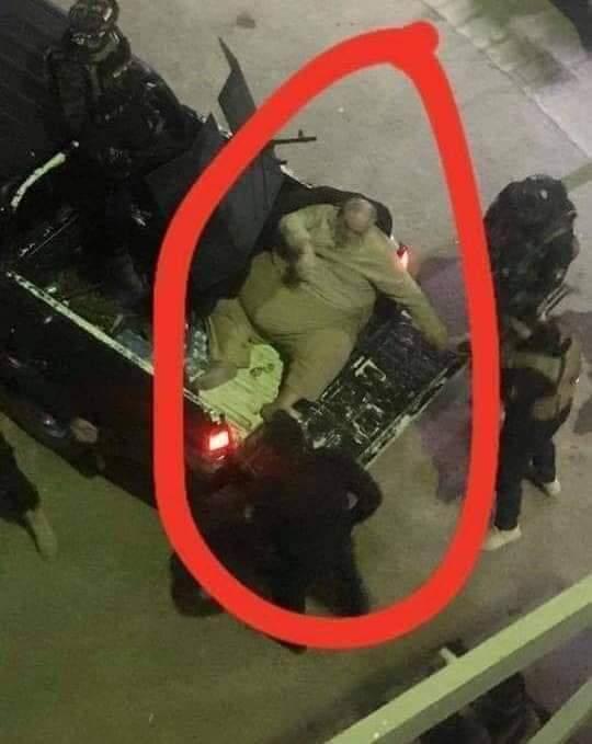 El yihadista corpulento tuvo que ser cargado en la parte trasera de un camión de plataforma por la policía