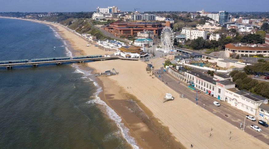 Un año después, la playa está extrañamente vacía a medida que los residentes acatan las reglas de bloqueo de coronavirus del Gobierno.