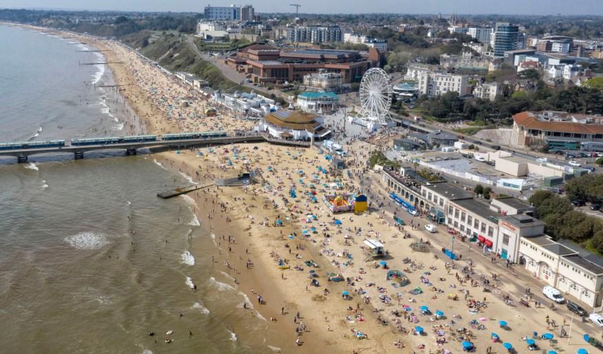 Cientos de personas acudieron a la playa de Bournemouth el Viernes Santo el año pasado.