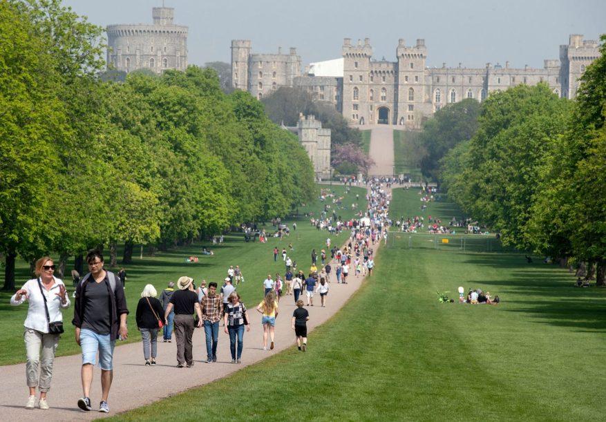 Cientos de personas fueron vistas en la Caminata larga en el Castillo de Windsor, Berkshire, durante el fin de semana festivo de Pascua del año pasado.