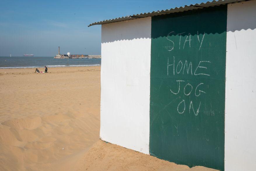 Alguien dejó una advertencia humorística a los amantes de la playa en Margate, Kent