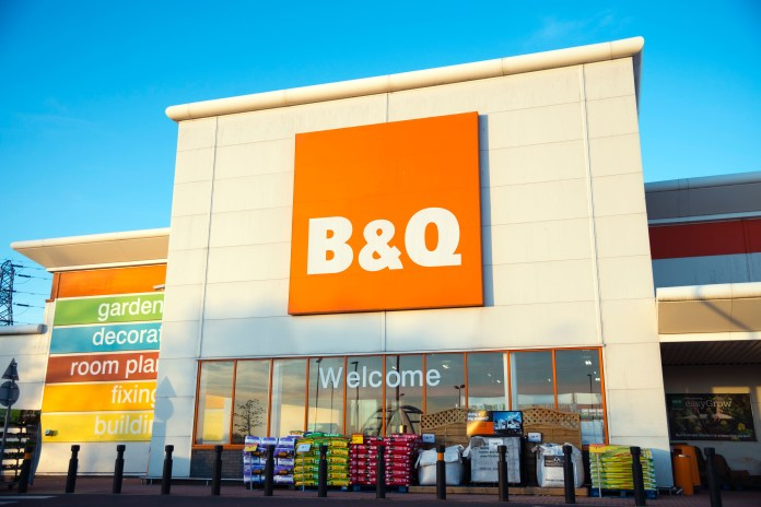 Police have been called to a B&Q in Nottingham to clear traffic while ensuring clients follow social distancing guidelines