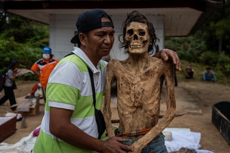 Un membre de la famille pose avec un parent décédé