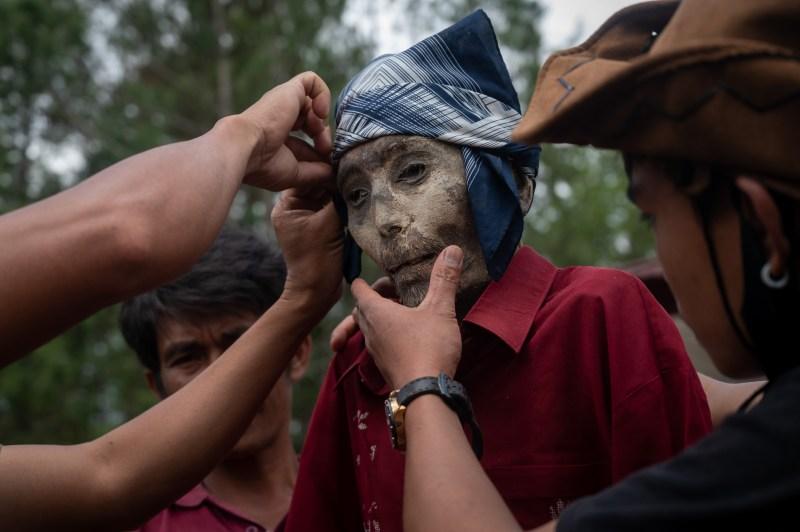 Les villageois indonésiens déterrent leurs proches morts tous les trois à quatre ans dans le cadre d'une cérémonie bizarre