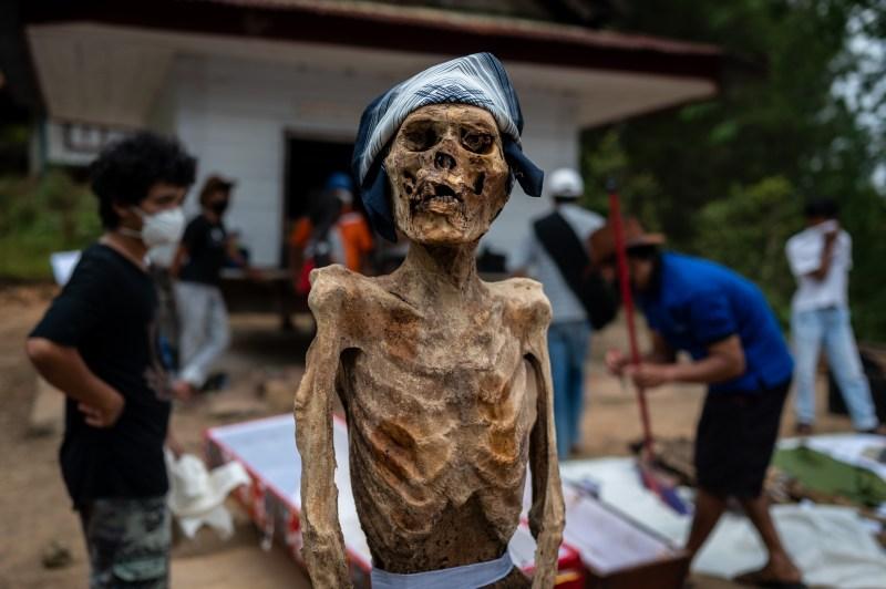 Un cadavre porte un bandana après avoir été exhumé et nettoyé lors du rituel