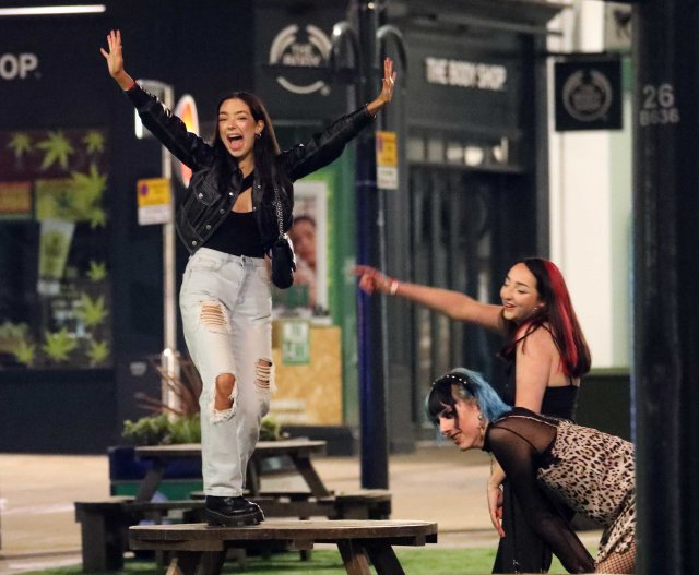 Pub-goers enjoyed a sing and a dance as they embraced the long weekend ahead in Leeds