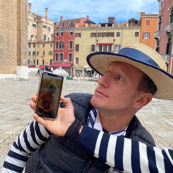 Melanie shone the gondoliers, taking a photo of Sandro on his city break