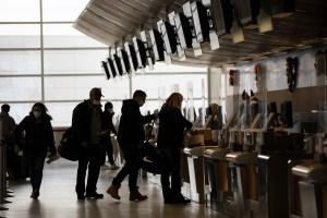 Οι επιβάτες του Ηνωμένου Βασιλείου που φτάνουν στις ΗΠΑ πρέπει να έχουν δοκιμάσει αρνητικά για τον Covid μετά από φόβους για μεταλλαγμένο στέλεχος