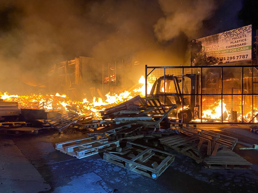 NINTCHDBPICT000649122177 - ภาพที่น่าทึ่งแสดงให้เห็นโรงงานที่ถูกไฟไหม้จนเหลือเพียงแค่นักผจญเพลิง 125 คนต่อสู้กับเปลวไฟและบ้านเรือน 40 หลังต้องอพยพออกไป ข่าวต่างประเทศแปลไทย