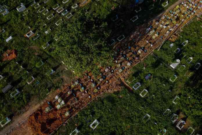 The Nossa Senhora Aparecida cemetery in Maeeenaus has expanded onto the surrounding streets