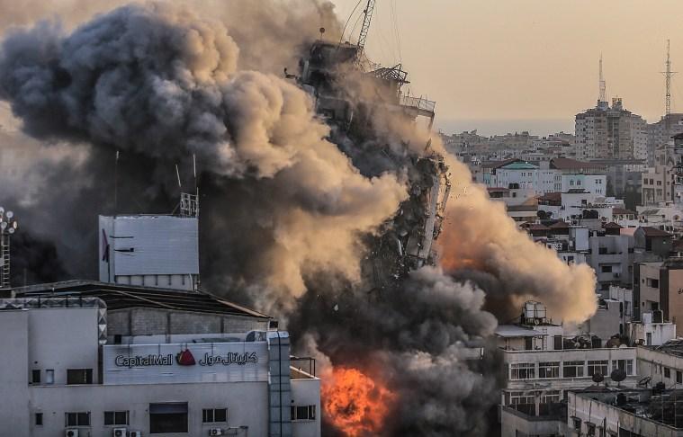 La torre Al-Shorouq en Gaza se derrumba en llamas después de un ataque aéreo israelí