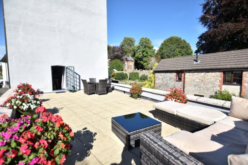 It boasts this stunning rooftop garden