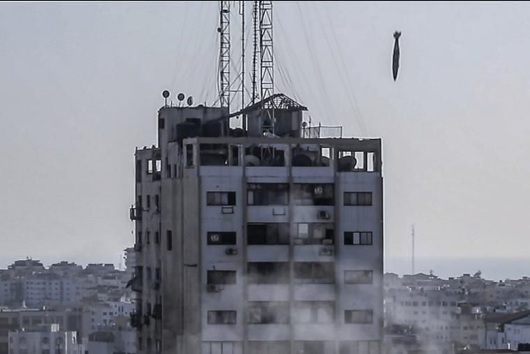 Una bomba guiada fotografiada justo antes de que golpeara la torre Al-Shrouq en la ciudad de Gaza.