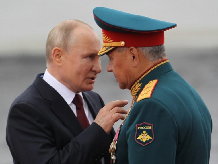 Vladimir Putin parece tener palabras severas con el ministro de Defensa, Sergei Shoigu, durante el desfile militar.