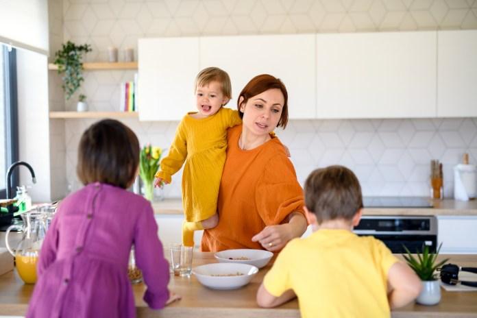 وجدت دراسة استقصائية أن أكثر من نصف الآباء يجدون أن الصباح هو الجزء الأكثر إرهاقًا من اليوم