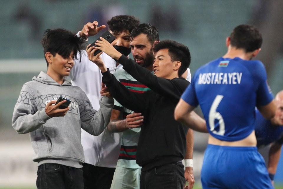 أذربيجان ضد البرتغال.. الجماهير تقتحم ملعب المباراة لالتقاط الصور مع برونو فرنانديز