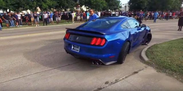 mustang-gt350-crashes-while-leaving-cars-coffee-in-houston