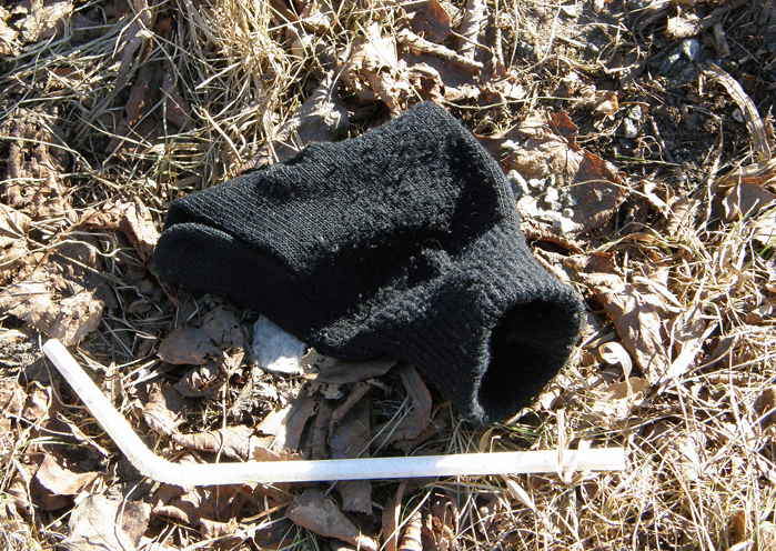 Black woolen glove with straw Hjalmar Brantingsgatan, Gothenburg, Sweden 8 Mar '11 12.08