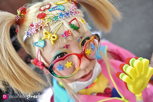 Decora Kei. Veel felle kleuren en heel veel accessoires! Foto via JapanseStreets