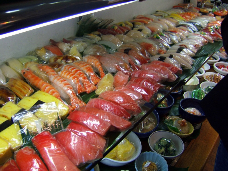 Nep sushi in Kappabashi Street. Foto door Robert Young.