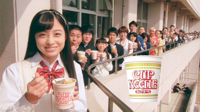 Idol Kanna Hashimoto promoot hier Cup Noodles.
