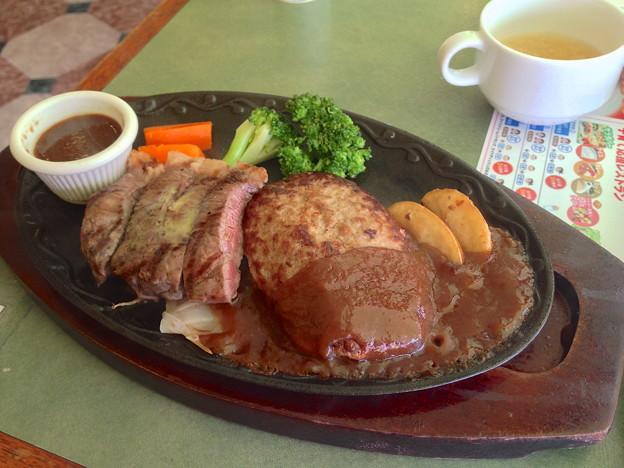 ハンバーグ (hanbaagu) is hamburger steak. Niet te verwarren met ハンバーガー wat echt een hamburger (met brood) is. Foto via PhotoZou.